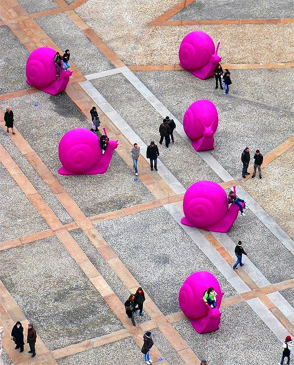 óriás pink csigák Milánóban (mistymoonlight.deviantart.com)