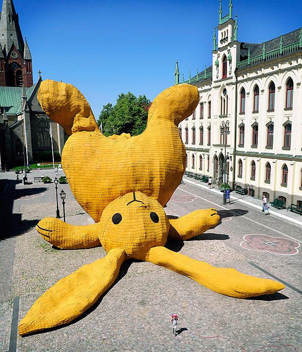 óriási sárga nyúl a téren (designboom.com)