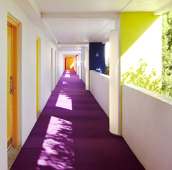 színes szálloda színes folyosója (knstrct.com)