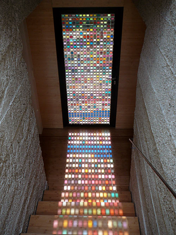 színes üvegajtón át még színesebb a világ (designsponge.com)