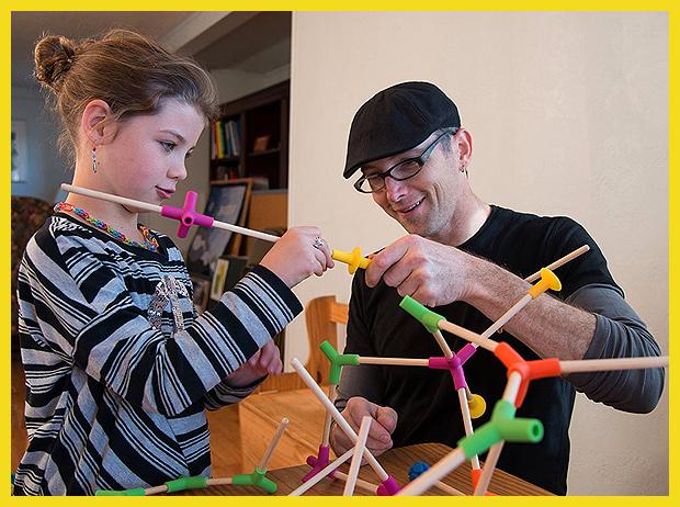 3 éves kortól és akár felnőtteknek is  - a képen az új építőjáték feltalálója: Richard Elaver
