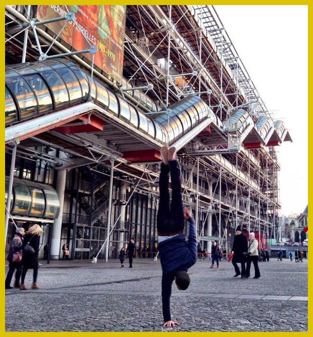 kifordított épület - Pompidou központ, Párizs egyedi bemutatása egy break táncos fényképein