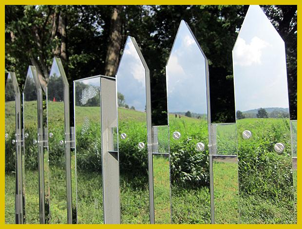 tükröződő kerítés