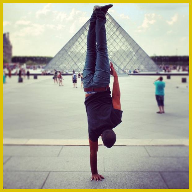 Louvre a rejtélyes üvegpiramissal, Párizs, Franciaország