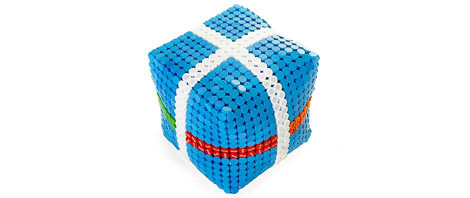 bútor műanyag kupakokból