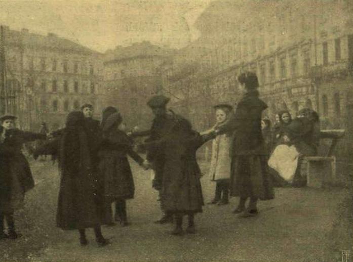 Játszó gyermekek egy sétatéren - 1905